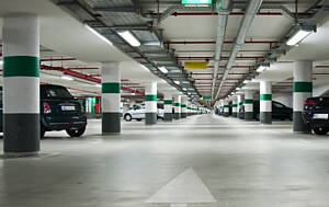 planta de un parking con coches estacionados