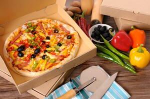 Deliciosa pizza en caja de reparto de comida a domicilio