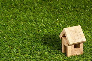 casa de madera en pradera