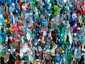 Botellas de plástico compactadas en planta de reciclado