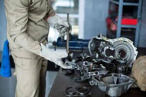 Mecánico revisando las refacciones de un vehículo