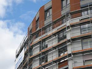 edificio con andamios siendo rehabilitado