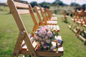 Renta de sillas para un evento al aire libre.