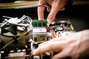 tecnico reparando un ordenador