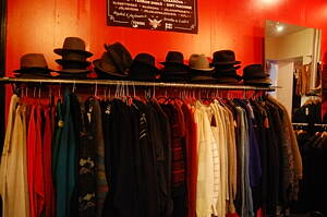sala con ropa de segunda mano
