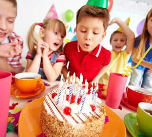 Niños celebrando un cumpleaños en un salón de fiestas