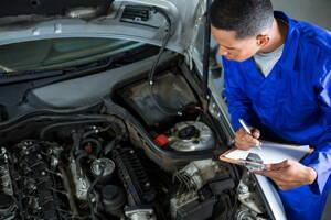 Revisión de carro en taller automotriz