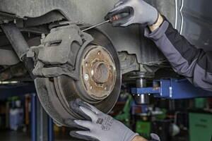 mecanico realizando arreglo en coche