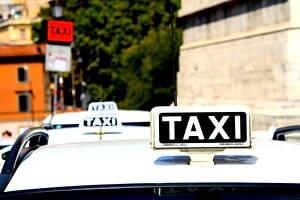 cartel de taxi encima de un vehiculo