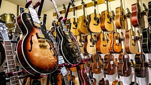 instrumentos en una tienda de musica
