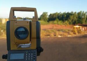 aparato topografo midiendo