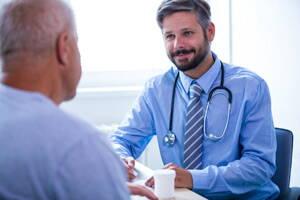 Urólogo atendiendo a un paciente