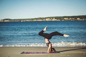persona practivando yoga