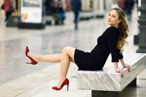 Mujer elegante mostrando sus zapatos