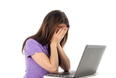 woman_frustrated_laptop