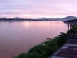 Opkomende zon aan de Mekong vanuit balkon