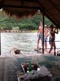 Duiken vanaf het bamboevlot op meer in Loei