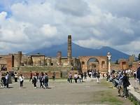 Grote plein Pompeii. Achtergrond de Vesuvius