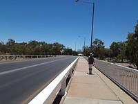 De brug over de droge rivierbedding