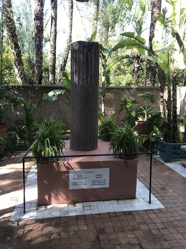 statue voor Yves saint Laurent