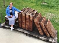 Grote houten boeken bij het paleis😃