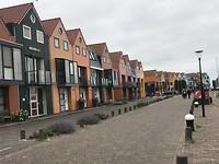 Gekleurde huisjes langs de haven