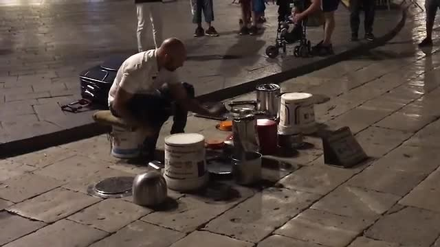 Michaele Baldasarre drummen op trash