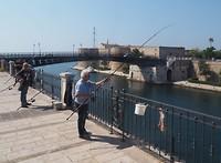 Vissers op de brug naar centro historica Tarente