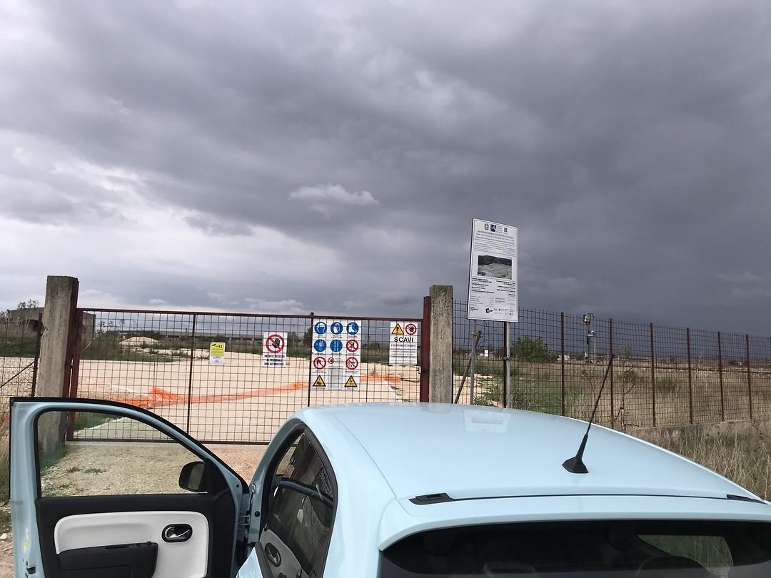 Voor het hek bij cava dei dinosauri vlakbij Alta mura