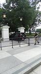Een auto die het terrein van het Witte Huis oprijdt
