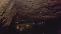 Varen door de grootste grot van Tam Coc