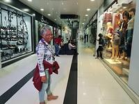De Mall, recht tegenover de centrale markt - bizarre tegenstelling