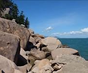 De rotsen waar de rotswallabees verblijven