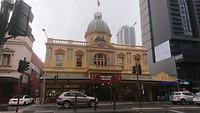Adelaide Arcade, luxe winkelstraat in de regen.
