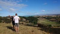 Don vertelt over zijn land en de omgeving met uitzicht op Hawkes Bay