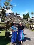 Bij de oude tempel met onze nieuwe sarongs