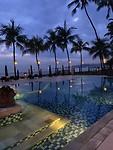 Zwembad bij avondlicht