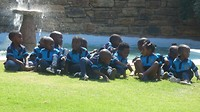 School jongetjes in tenue.