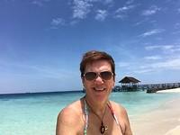 wit strand en hel blauw water , onbewoond eilandje waar we snorkelen