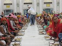Mensen zitten te eten in de Sikh tempel