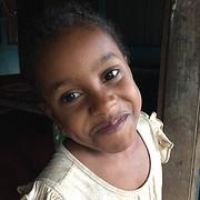 Een meisje van het weeshuis op het eilandje...