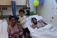 """Claudio met moeder en zusje - hij mocht met """"zijn"""" chirurg voetballen :)"""