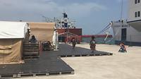 De screeningstent (de 1e van links) naast het schip.