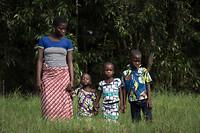 Het gezin, moeder met 3 blinde kinderen voor de operatie.