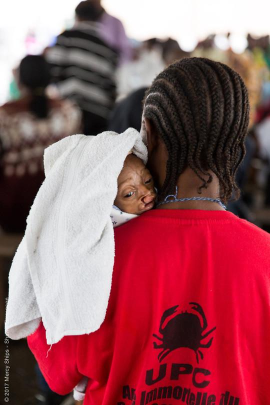 Baby Paul komt aan met moeder bij Mercy Ships...