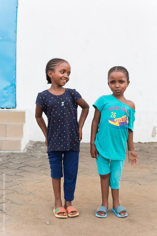 Herinneren jullie je zussen Salamatou nog, uit het gips - beentjes recht! Revalidatie :)