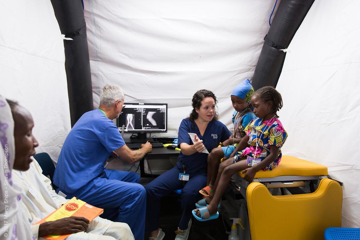 De zussen Salamatou bij de chirurg en mij in screening!