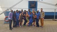 """Het screeningsteam heeft nieuwe """"Afrikaanse"""" kleren gekregen van de Daycrew!"""