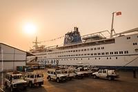 Het schip in de gele omgeving - we hebben al maanden last van de Harmattan. De saharawind met zand..