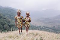 Herinneren jullie je zussen Salamatou nog, uit het gips - beentjes recht en thuis!